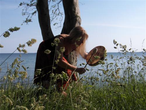 Susanne tanzt einen Morgen mit ihrer Schamanentrommel, um die Pilze ins Licht zu locken